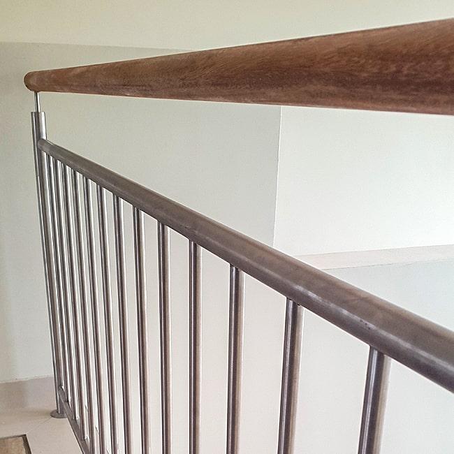 Wood and vertical steel balustrade
