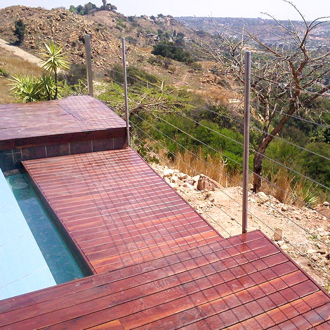 Swimming pool deck cable balustrade