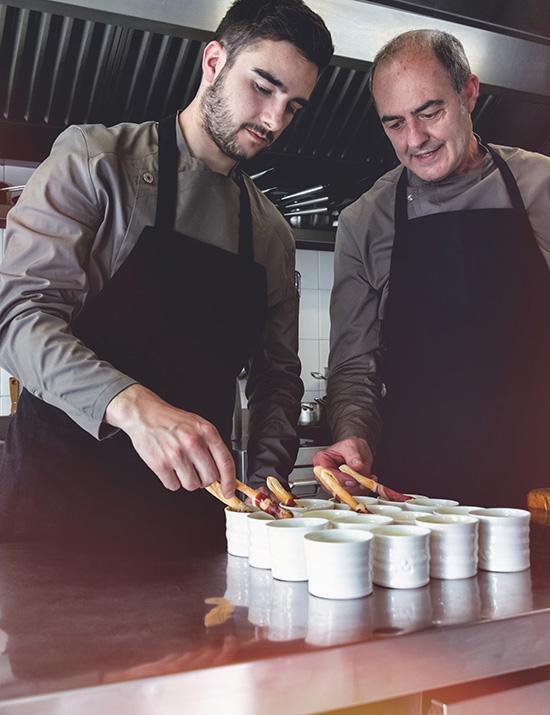 Parte del equipo de Canteré en las cocinas preparando entrantes