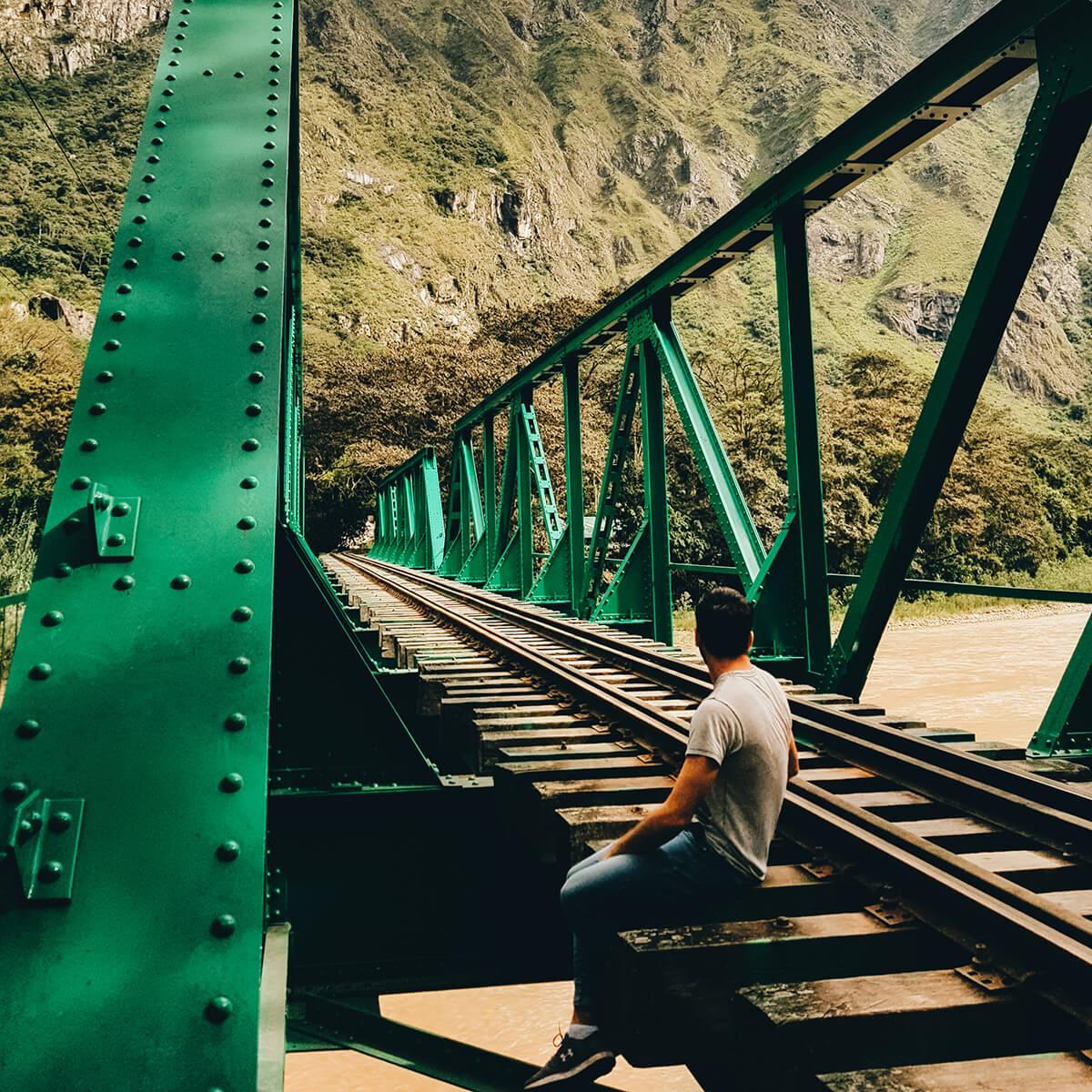 Ulysse Lubin sur les rails en allant au Machu Pichu