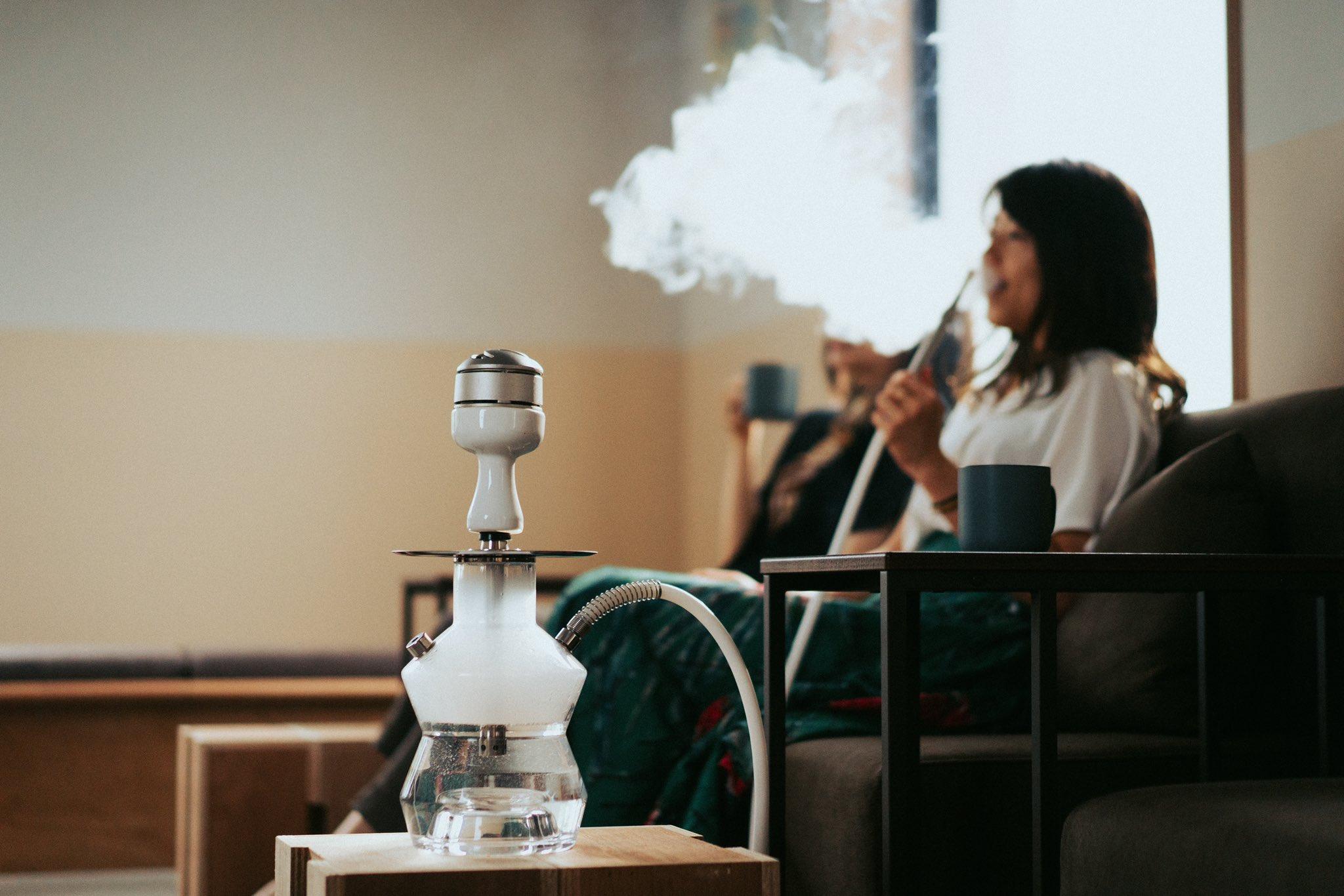 シーシャを吸う女性のイメージ写真