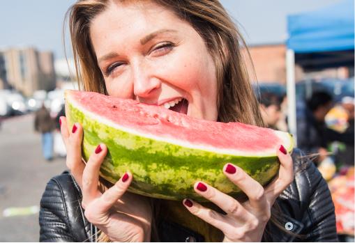 Eén van onze SFYN academici eet een watermeloen tijdens een van onze excursies.