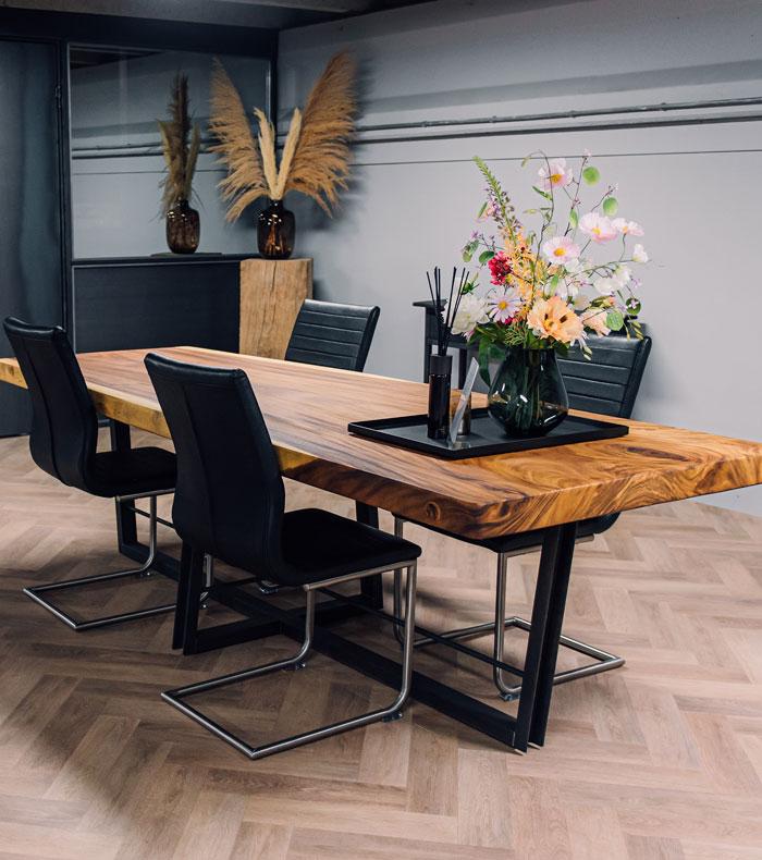 Tafel van hout en staal met stoelen
