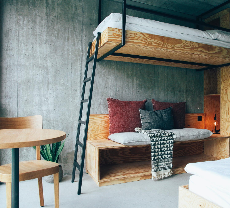 Kajütenbett mit Leiter und Sitzgelegenheit