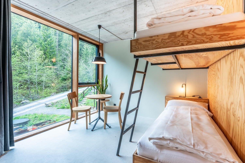 Kajütenbett mit Blick auf das Fenster