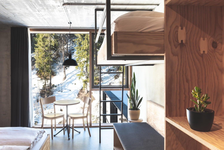 Kajütenbett und Wohnzimmer