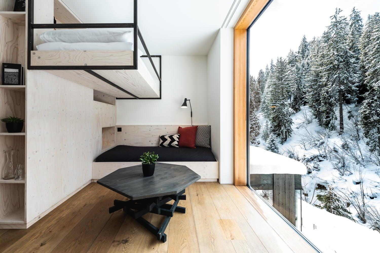 Hochbett mit grossem Fenster