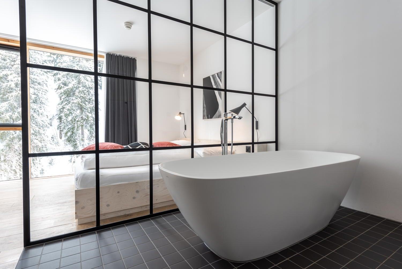 Badewanne mit Sicht auf Wohnzimmer
