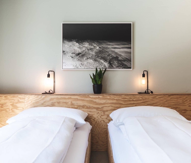 Zwei Einzelbetter mit Bild im Hintergrund