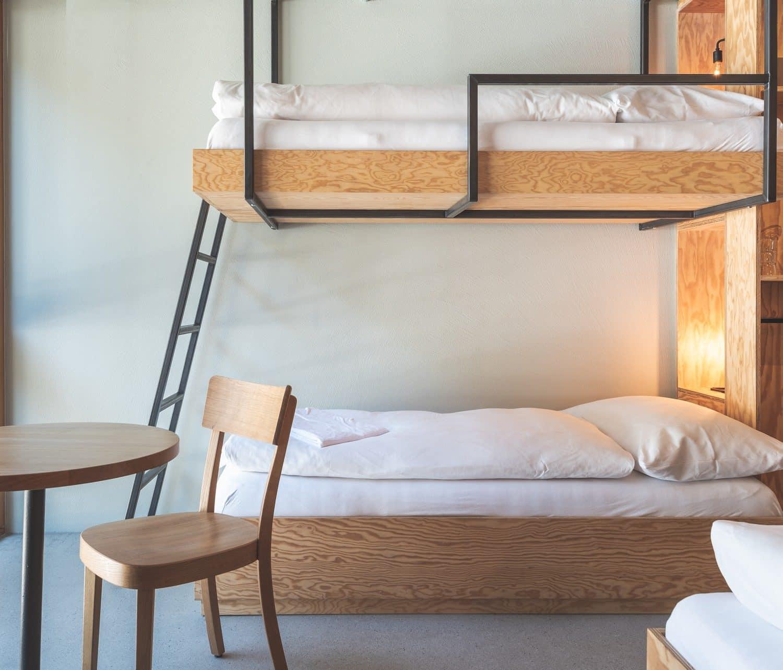 Kajütenbett mit Tisch und Stuhl im Vordergrund