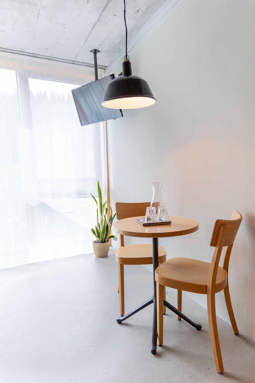 Tisch mit zwei Stühlen
