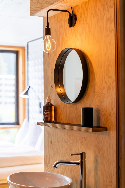 Spiegel an einer Wand