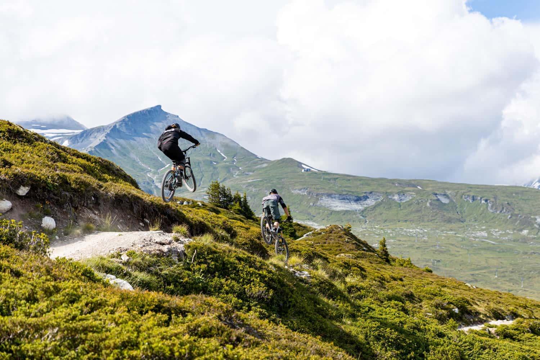 Zwei Mountain-Biker auf einem Bike Trail