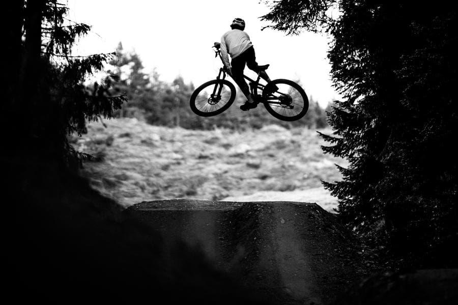 Biker jumps über Kicker