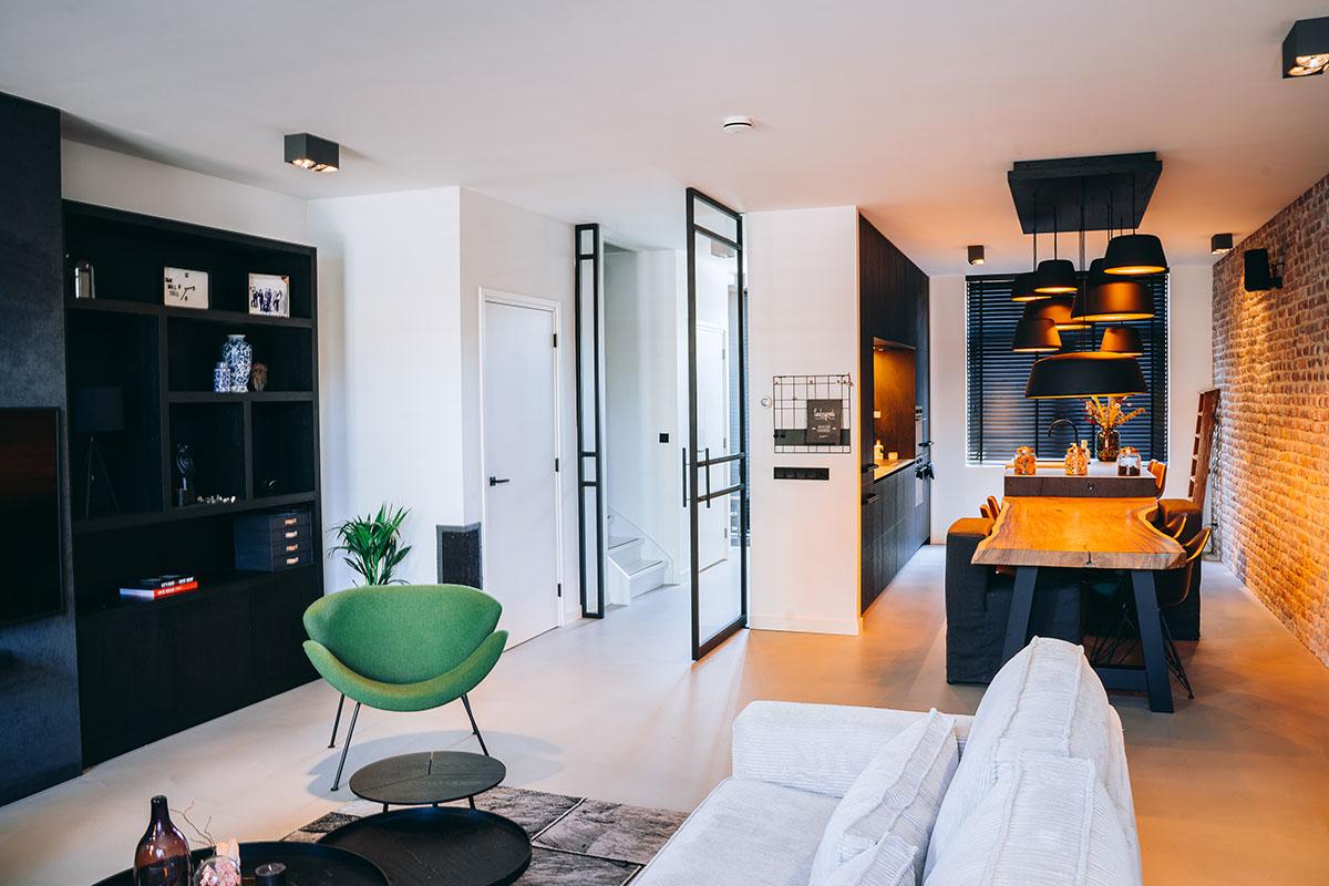 Moderne woonkamer met stalen scharnierdeur