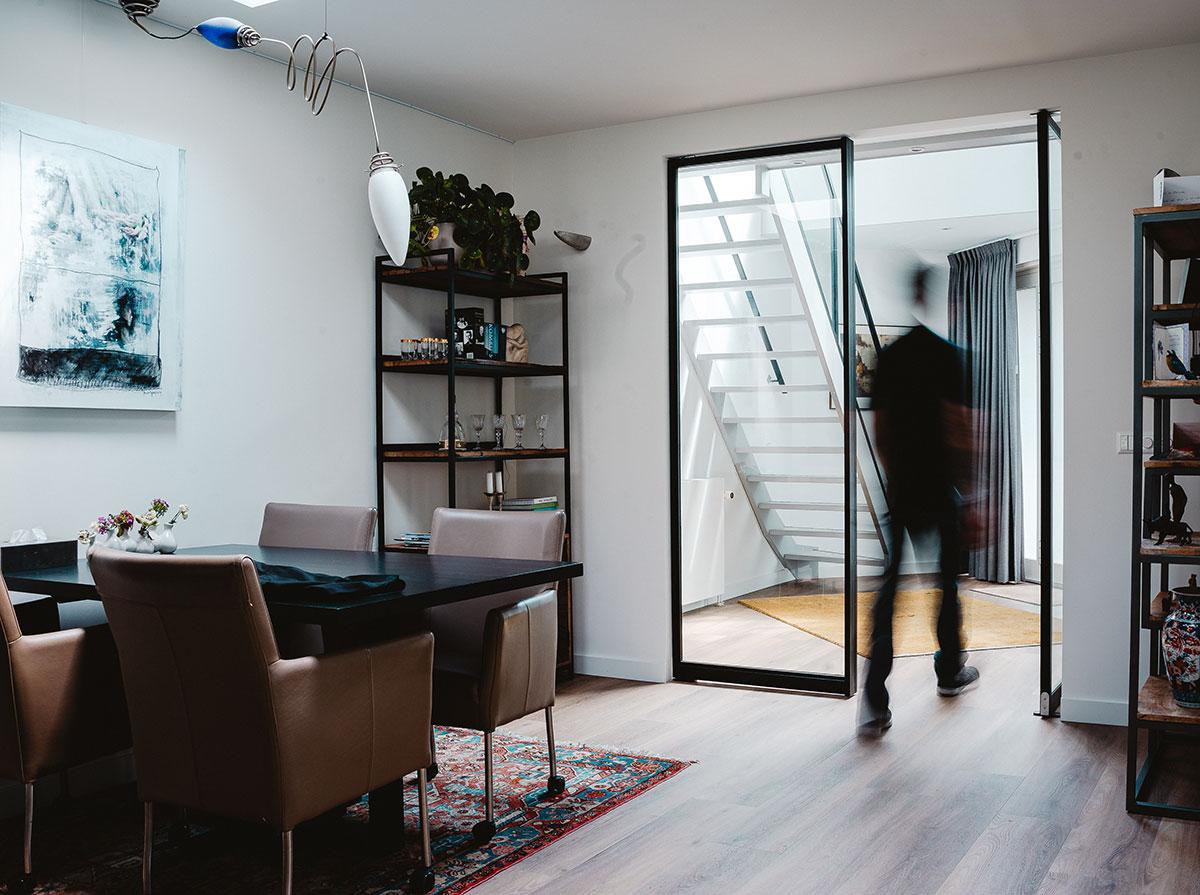 Stalen taatsdeur bij modern interieur