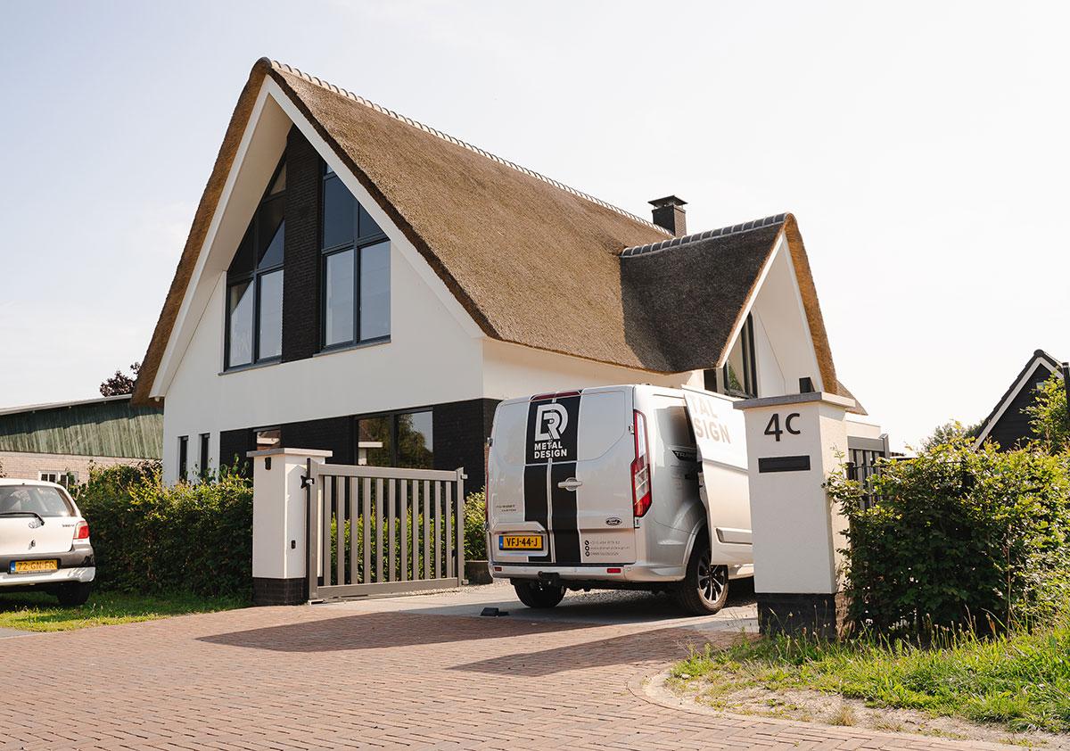 Modern huis met bedrijfsbus DR Metal Design