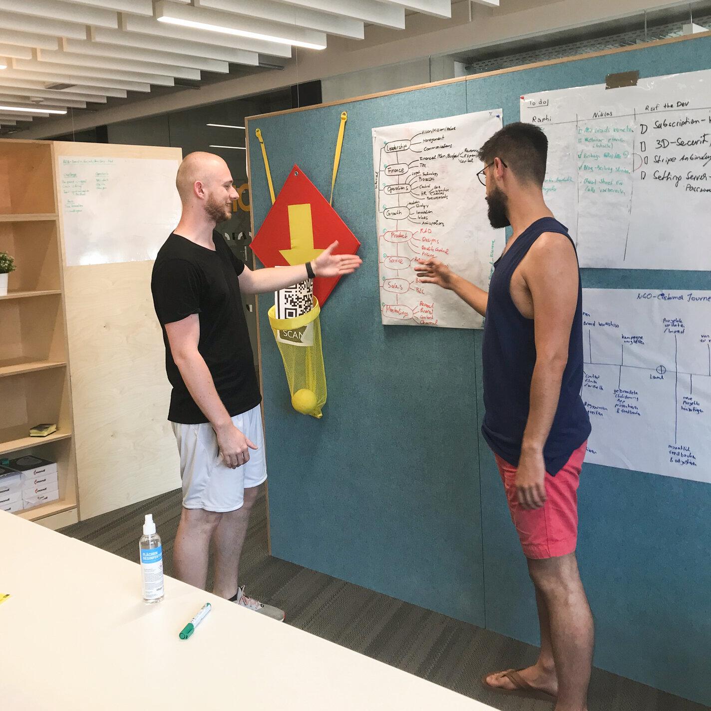 felloz-team-working-on-strategy