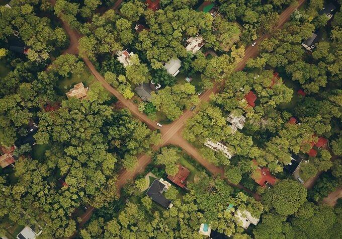 Drönarbild av ett samhälle i skogen.