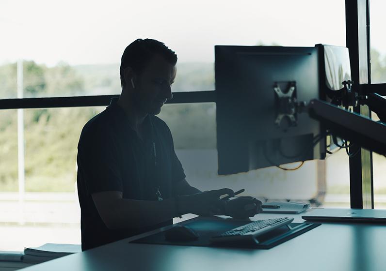 En person som arbetar vid en dator.