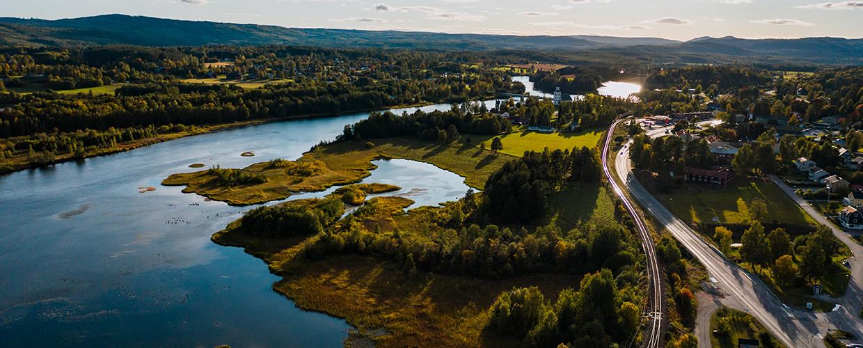 Drönarbild av en sjö och ett litet samhälle