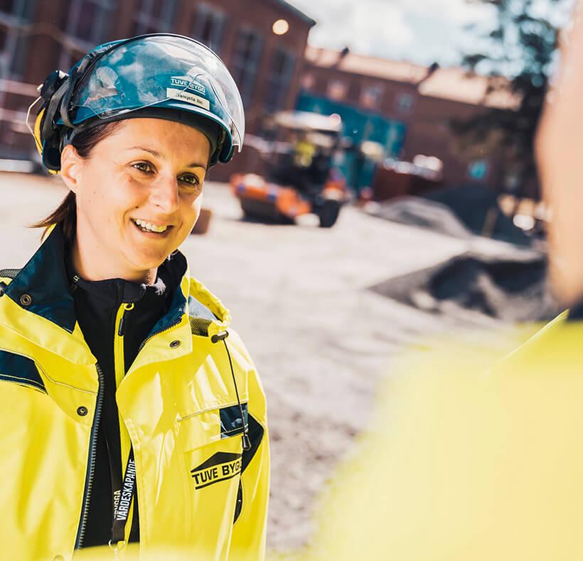 En byggarbetare som ler på en byggarbertsplats
