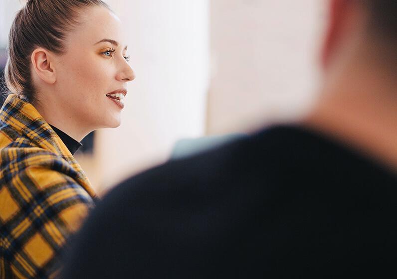 En tjej som pratar på ett möte