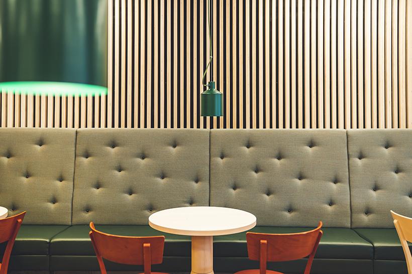 Bord och stolar i en matsal