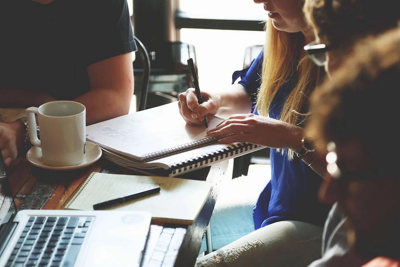 travail en équipe-café-coworking-révison-bac