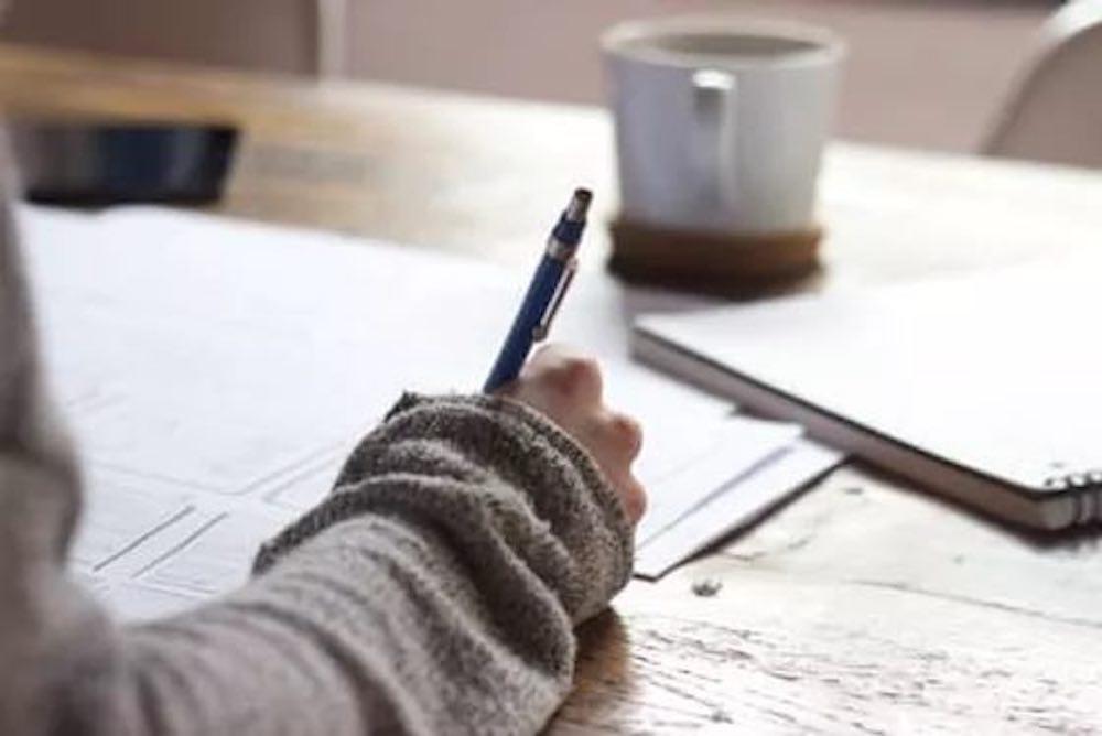 étudiant-révise-travaille-écrit-école-études