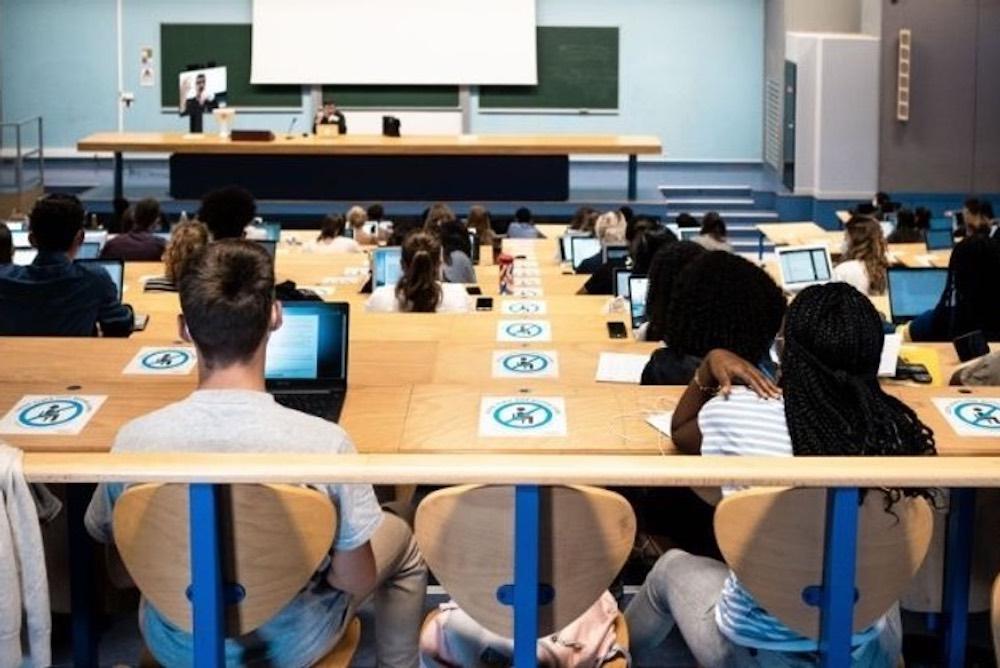 amphithéâtre-université-étudiants-distance