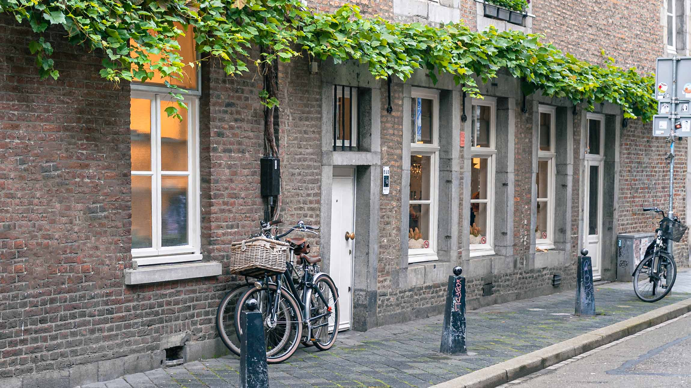 Outside view of the small streets next to Gracht 62