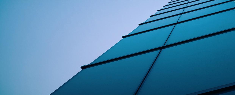 Niovåningshus med fasad av solceller