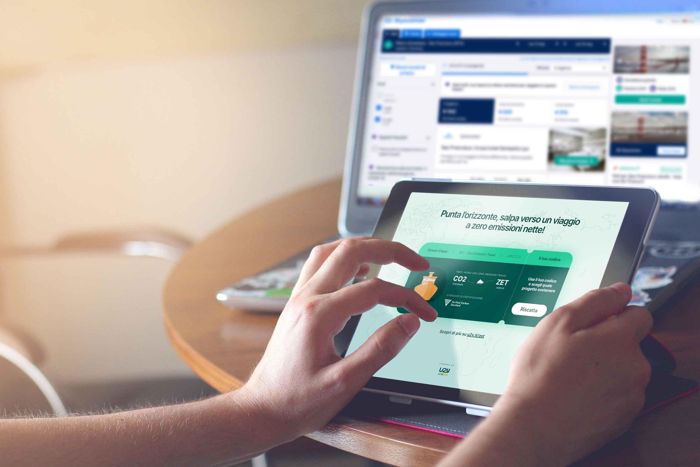 Turista con tablet con boarding pass crociera nella versione digitale