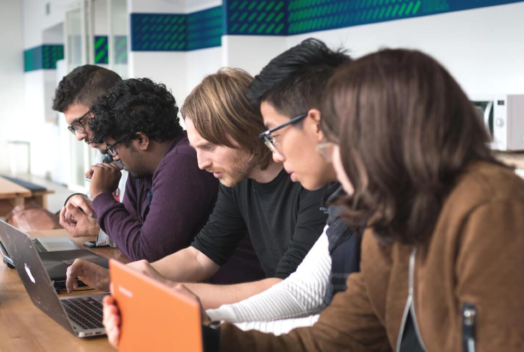 5 étudiants sur leurs ordinateurs