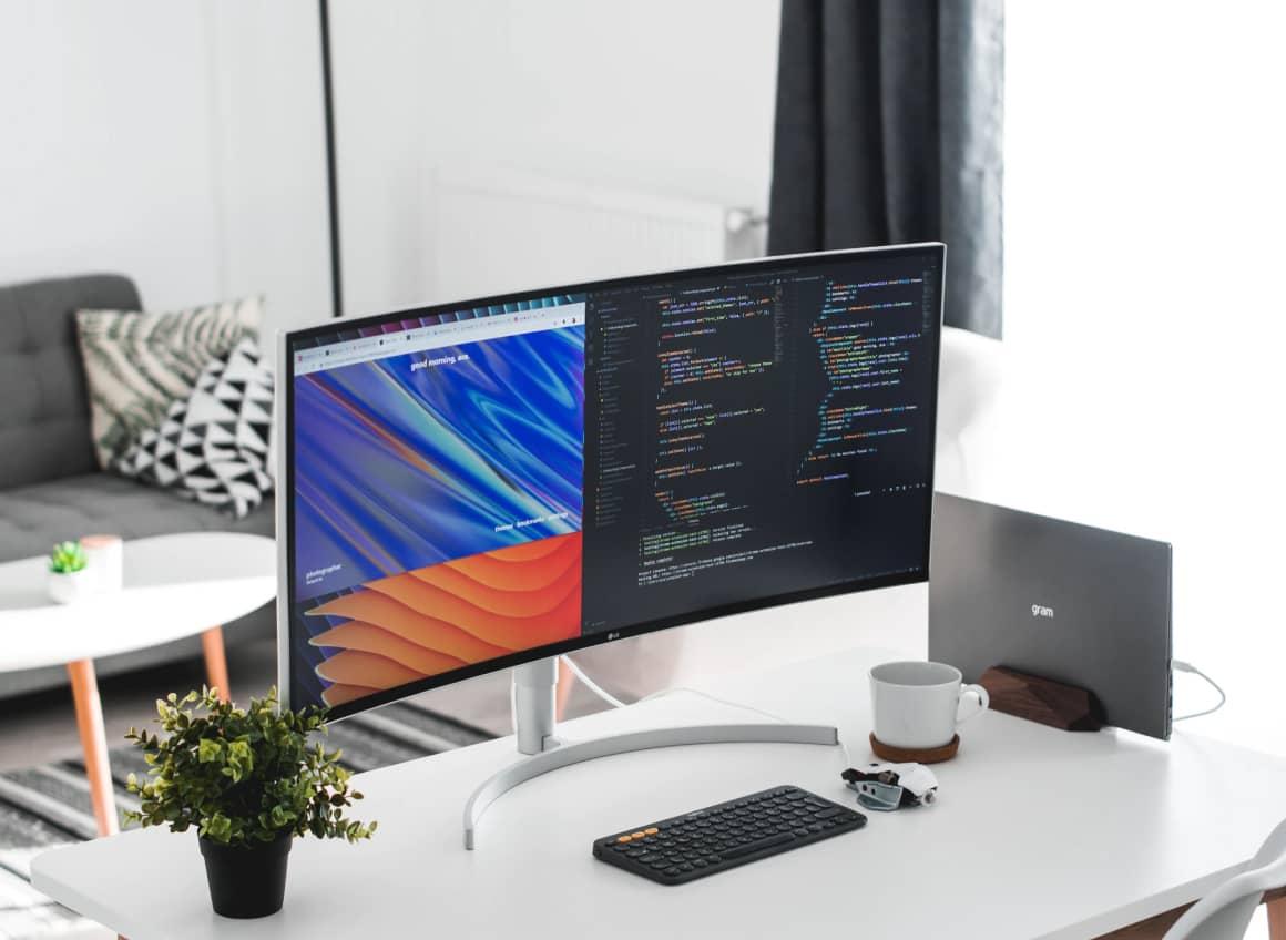 Bild von einem Schreibtisch mit Computer