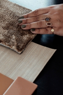 hands putting together a 3D moodboards with fabrics and materials for an interior design project