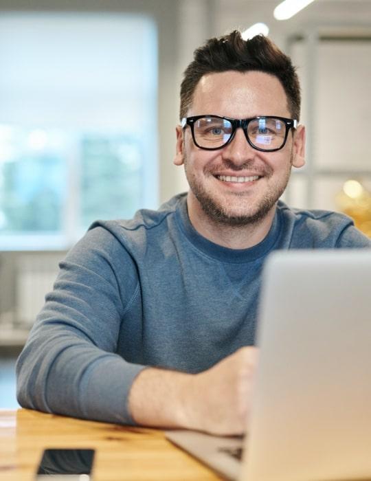 Homme souriant au travail