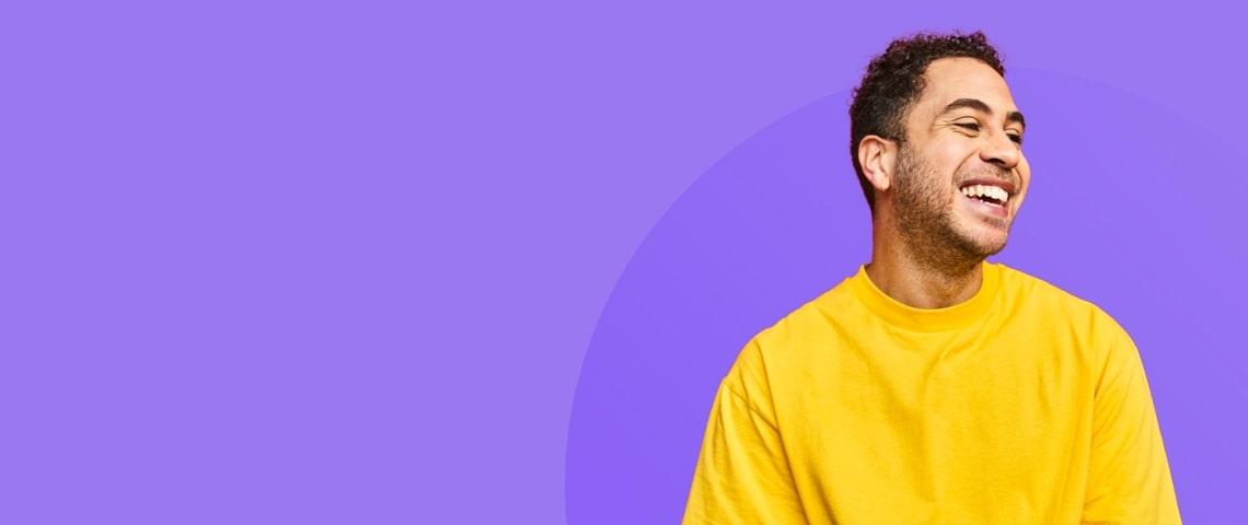 Homme souriant sur arrière plan violet