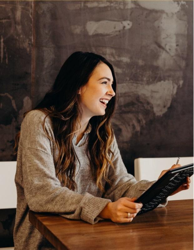 Femme en train de rire