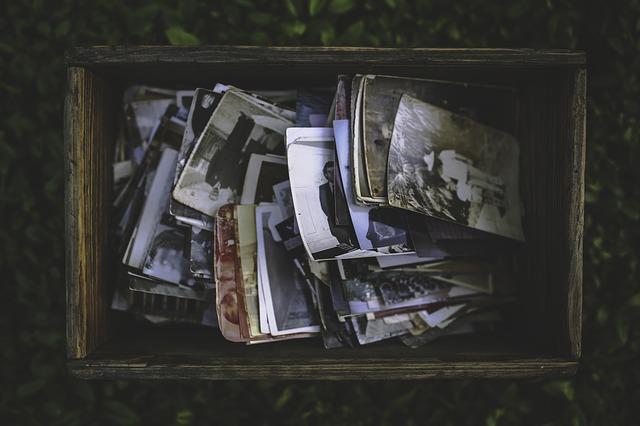 mémoire familiale - photo d'une boîte contenant des photographies