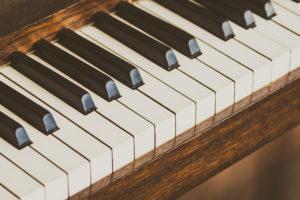 Piano ancien en bois