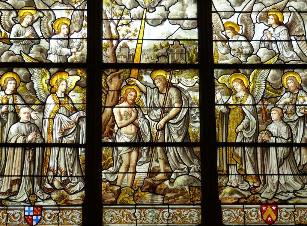 Vitrail d'une scène biblique de baptême.