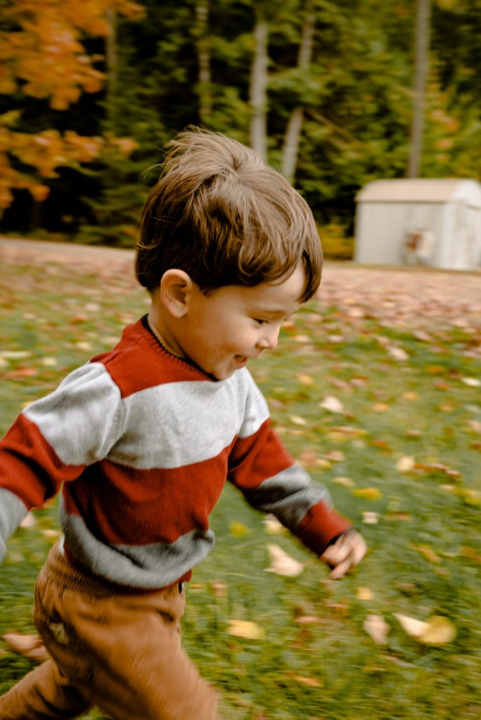 Petit garçon en train de courir