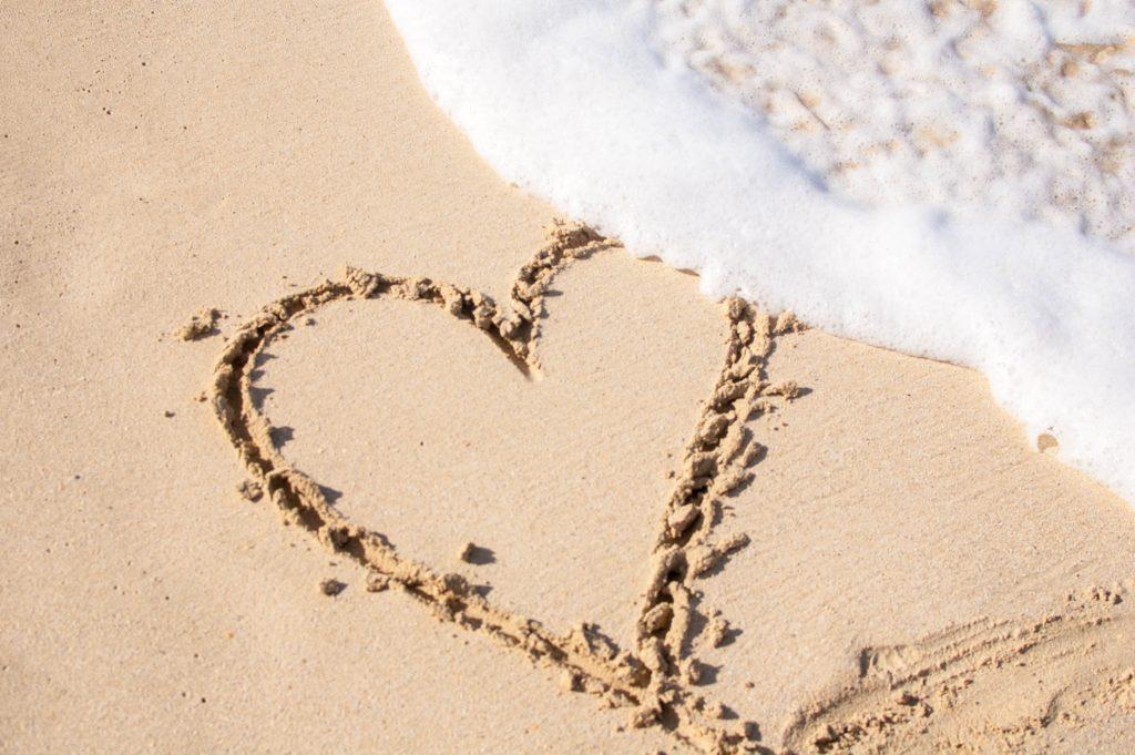 Coeur tracé sur le sable.