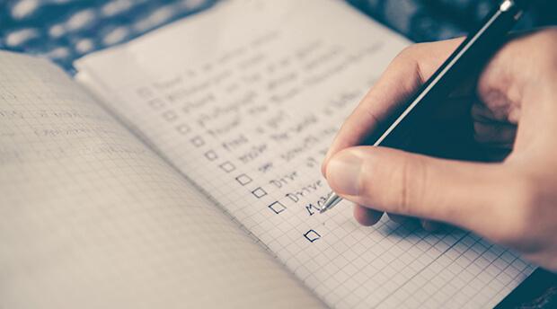 Leitfaden zum Erstellen einer (Remote) Onboarding Checkliste. Vergessen Sie keine wichtigen Schritte und Integrieren Sie neue Kollegen und Kolleginnen auch über remote erfolgreich.