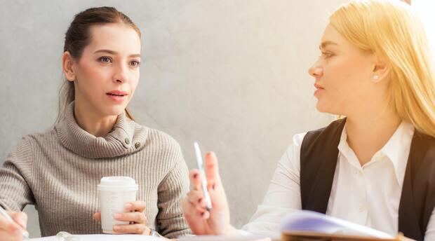 Feedbackgespräche können schnell heikel werden. So meistern Sie die Situation und vermeiden die größten Fehler.