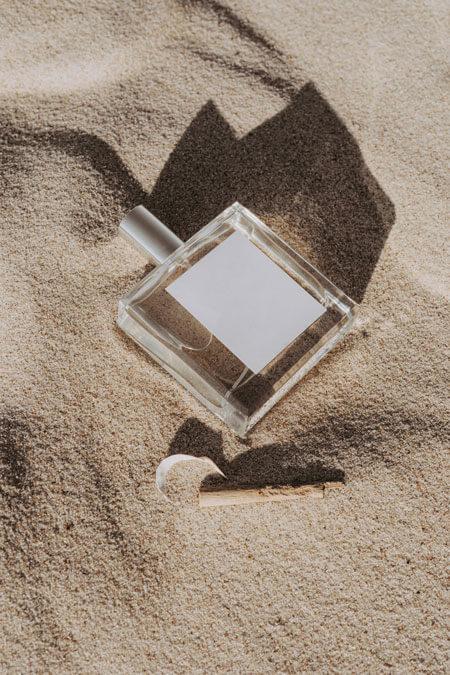 Produktbild eines Parfums auf Sand