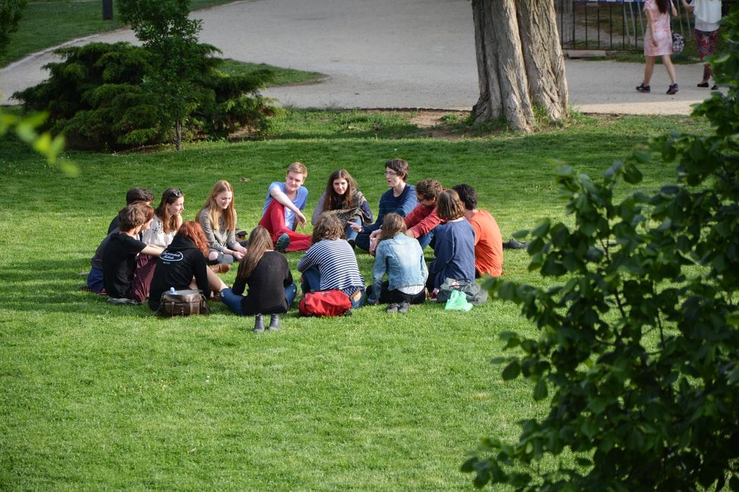 Samenkomst van jonge mensen
