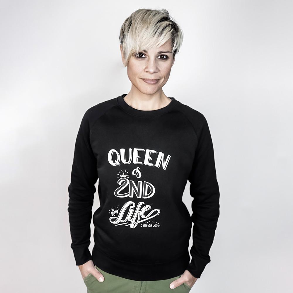 Diana de Morales mit Merchandise Pulli mit Queen of Second Life Lettering
